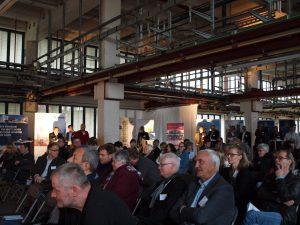 Die Pressekonferenz fand in einer leer stehenden Produktionshalle nahe der künftigen Zentralküche statt