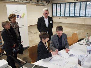 Vertragsunterzeichnung zwischen Kai Gosslar und Katja Freese von der BEOS AG